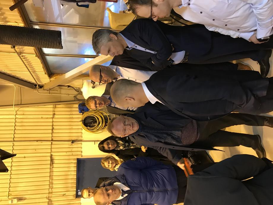 I forgrunnen fra venstre; Matts Johansen, administrerende direktør i Aker BioMarine i samtale med fiskeriminister Per Sandberg og daglig leder i Aukra Maritime Per Arne Rindarøy. I bakgrunnen fra venstre: Pål Einar Skogrand (Aker BioMarine), Cilia Holmes Indahl (Aker BioMarine), Britt Dalsbotten (politisk rådgiver for fiskeriministeren), Frank Grebstad (Aker BioMarine), Eldar Vindvik (Aker BioMarine), Håvard Sætre (Optimar) og Sindre Skjong (Aker Biomarine). Foto: Aukra Maritime