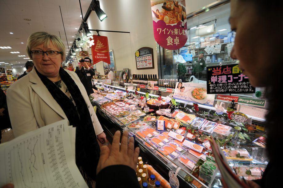 Det kjøres jevnlig kampanjer i butikkene i Japan. Her fra en kampanje Aurora Salmon hadde i november i fjor, mens Elisabeth Aspaker fremdeles var Fiskeriminister. Foto: Pål Mugaas Jensen.