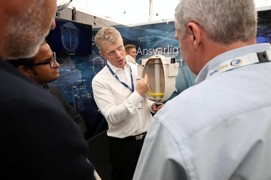 Cato Lyngøy forklarer hvordan egget er bygget opp under Aqua Nor 2017. Foto: Vidar Alfarnes