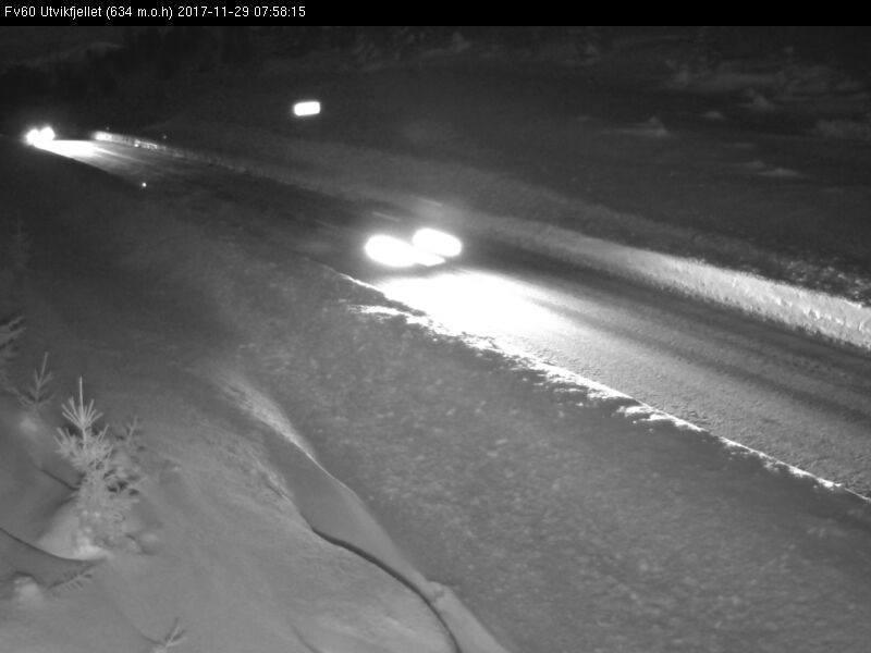 Det er for tiden mye snø på Utvikfjellet og veibanene er glatt. Foto: Statens Vegvesen/webcam. Klikk på bildet for oppdatering.