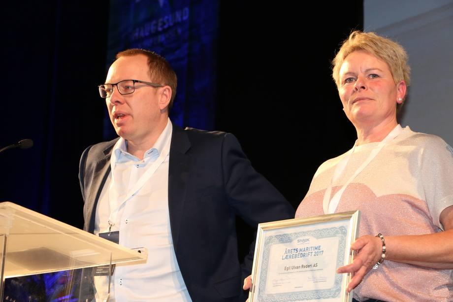 Arild Hoff og Siw Svanevik, fra Egil Ulvan Rederi mottok prisen under Haugesundskonferansen tirsdag. Foto: Helge Martin Markussen.
