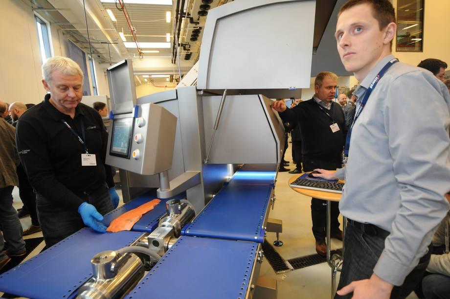 Martin Andersen fra Marel demonstrerer fargeskanneren. Foto:  Pål Mugaas Jensen
