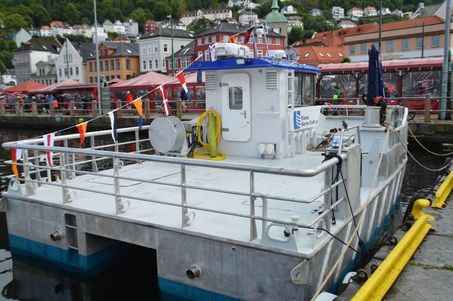 Det er stor dekksplass på den vesle arbeidsbåten til Tombre. Foto: Therese Soltveit.