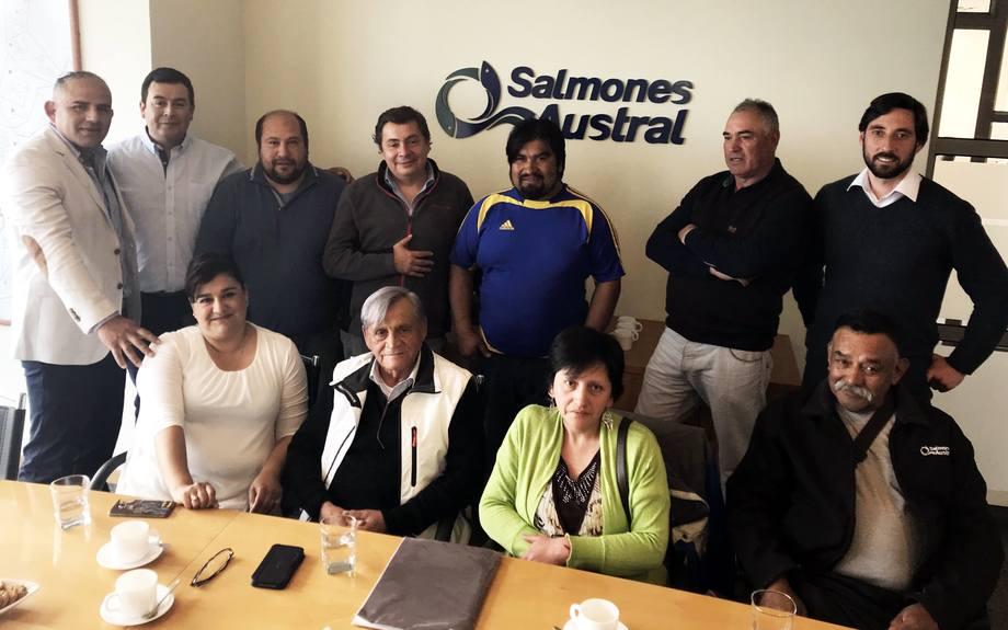 Firma de acuerdo de buenas prácticas laborales. Imagen: Salmones Austral.