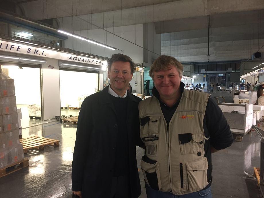 <p>P&aring; fiskemarkedet i Milano er det mye god sj&oslash;mat man kan velge mellom. Her er sj&oslash;matutsendingen sammen med&nbsp;lakseimport&oslash;ren Angelo Nichetti i Copromar. Foto: Norges sj&oslash;matr&aring;d.&nbsp;</p>