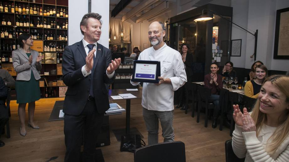 <p>Trym Eidem Gundersen overrekket Moreno Cedroni prisen for t&oslash;rrfiskambassad&oslash;r for 2018.&nbsp; Restauranten hans heter Madonnina del Pescatore (2 stjerners restaurant i Ancona).&nbsp;Foto: Norges sj&oslash;matr&aring;d.&nbsp;</p>