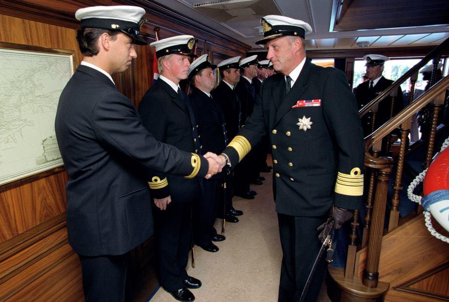 Kong Harald hilser på offiserer fra kongeskipets besetning ved debarkering i 1996 Foto: Torbjørn Kjosvold/Forsvaret