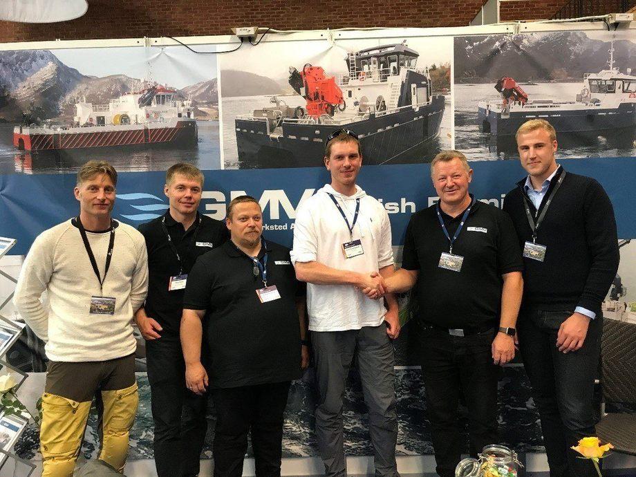 Fornøyde representanter fra begge firma da kontrakten ble signert under Aqua Nor. Foto: Grovfjord Mek. Verksted