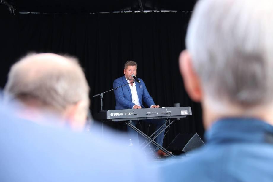 """<p>Bjarne Brøndbo fra DDE var det musikalske innslaget på åpningen, og akkompagnerte den første sjømatlasten over kai på Kråkøya med sangen""""Det umulige er mulig"""".Foto:Nord-Trøndelag Havn Rørvik IKS.</p>"""