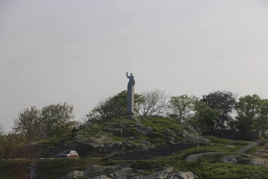 <p>Kongestatuen som ikke var &oslash;nsket i Oslo, er n&aring; plassert i Skjerjehamn i Gulen kommune</p>