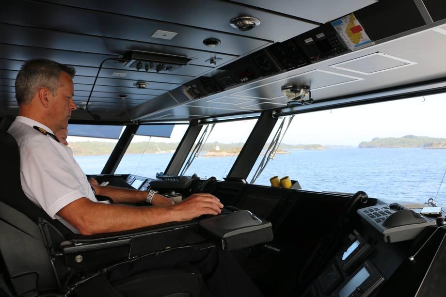 <p>Kaptein Roger Rivedal har god oversikt fra broen</p>