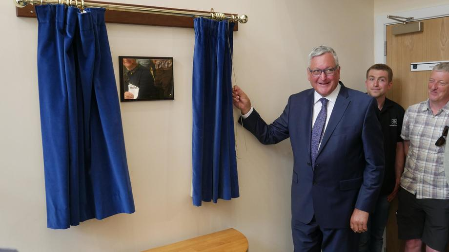 <p>Fergus Ewing unveils the plaque in the foyer of the £26,5m hatchery.</p>