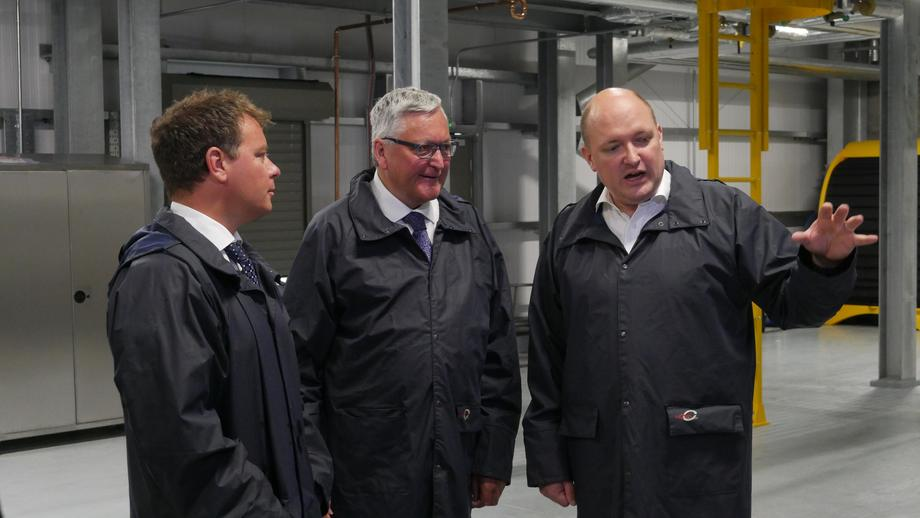 <p>Freshwater manager John Richmond gives Fergus Ewing a guided tour of the hatchery.</p>