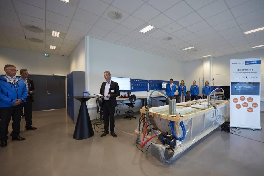 Olje og Energi minister Terje Søviknes, Markedssjef i Framo Geir Helgesen og Managing Director for Framo Innovation Oddbjørn Jacobsen med demo-bassenget. Foto: Framo