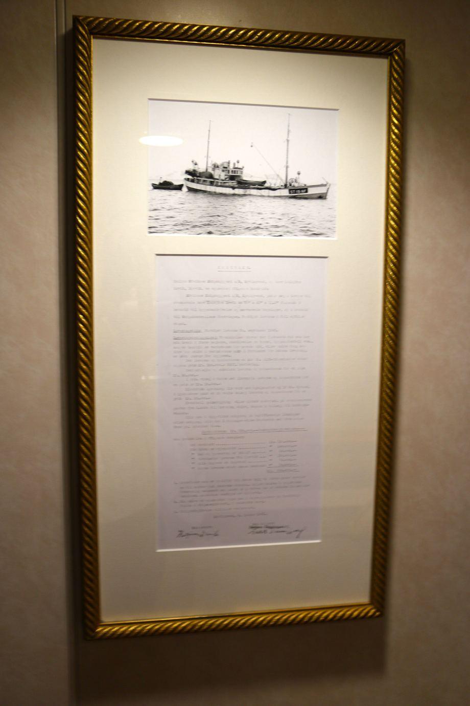 <p>Kontrakten p&aring; rederiets f&oslash;rste fart&oslash;y &ndash;&nbsp;til den nette sum av 520 000 kroner &ndash;&nbsp;henger i glass og ramme. Foto: Andrea B&aelig;rland</p>