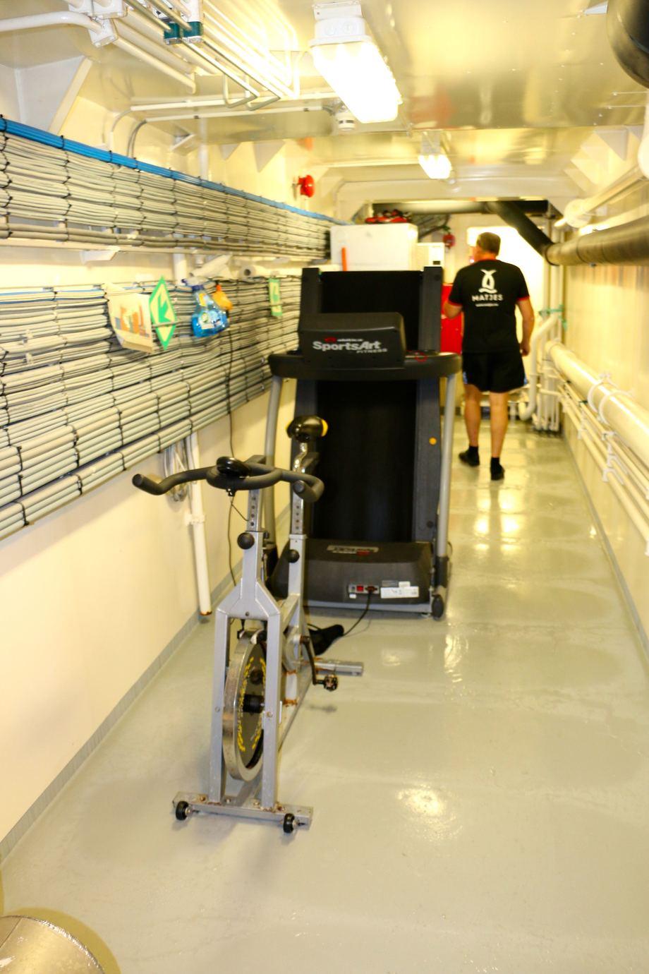 <p>Mannskapet har ordnet seg et aldri s&aring; lite trimrom utenfor maskinrommet. Foto: Andrea B&aelig;rland</p>