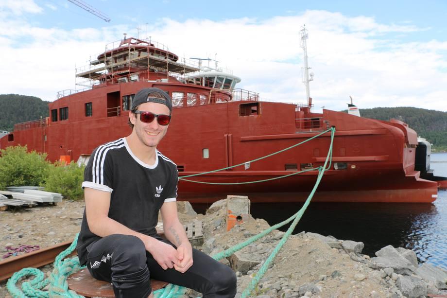 Oldebarnet til grunnleggeren Johannes Løland; Lasse Birkeland jobber i dag som 5. generasjon ved verftet. Foto: Sigbjørn Larsen.