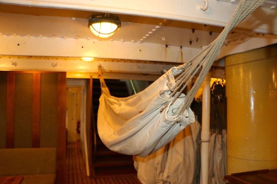 <p>Elevene sover i hengekøyer hver natt i ni måneder. Foto: Andrea Bærland</p>