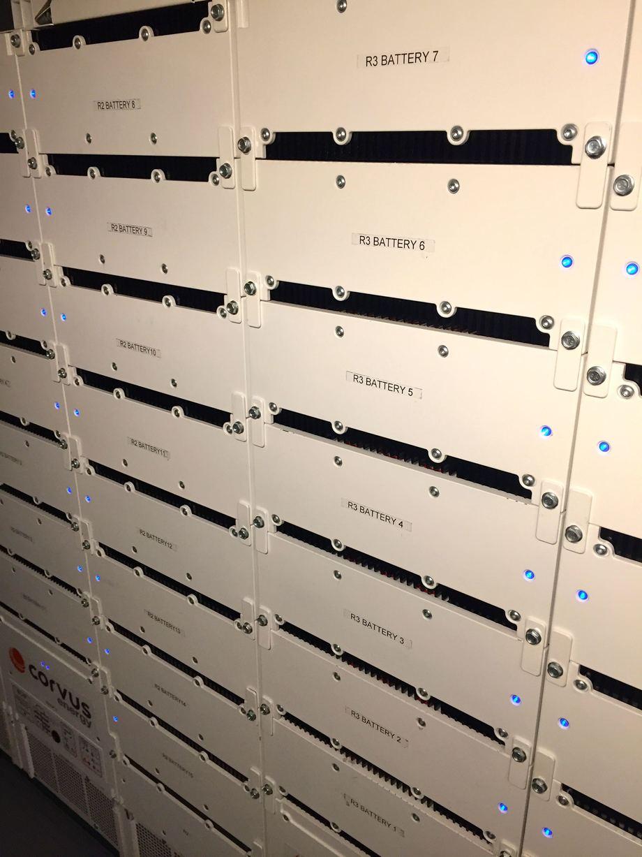 <p>Batteripakken, i tre racks er levert fra Corvus. Foto: Andrea B&aelig;rland</p>
