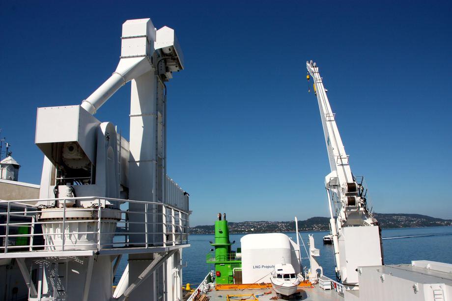 <p>P&aring; dekk er skipet utstyrt med en Graintec Pellets Unloading crane og en kran for dekkslast. Foto: Andrea B&aelig;rland</p>