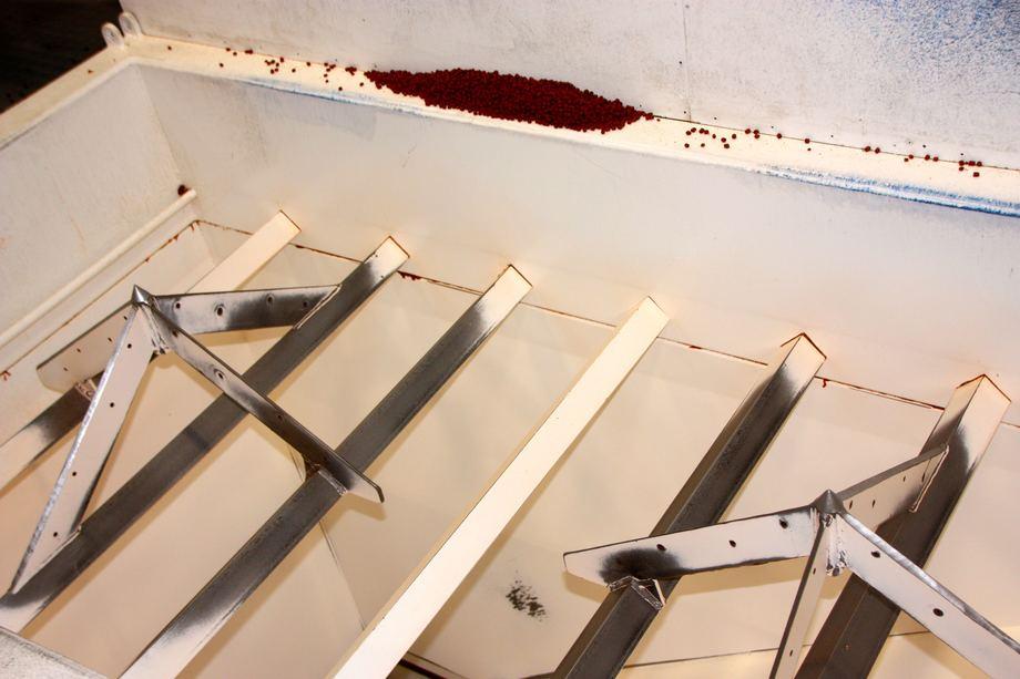 <p>Her sprettes sekkene, f&oslash;r&nbsp;f&ocirc;ret losses direkte inn i siloen p&aring;&nbsp;f&ocirc;rfl&aring;ten. Foto: Andrea B&aelig;rland</p>