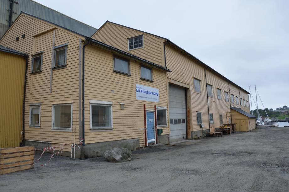 <p>Rosendal Marineservice held til i skipsbyggarhallen ved Skålafjæra i Rosendal. Foto: Therese Soltveit.</p>