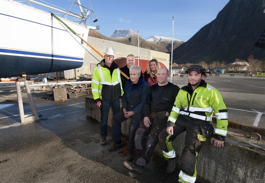 <p>Det er stor p&aring;gang ved Rosendal Marineservice sine lokal i Kvinnherad kommune. Her er nokre av dei ti tilsette F.v dagleg leiar Svein Arne S&aelig;berg, Toralf Gjuvsland, Svein Jarle Mehl, Linda V. Kross&oslash;y (&oslash;konomi), Sven Syvertsen og Kjetil Sk&aring;la. Foto: Gunn-Bente St&oslash;len/Grenda lokalavis.</p>