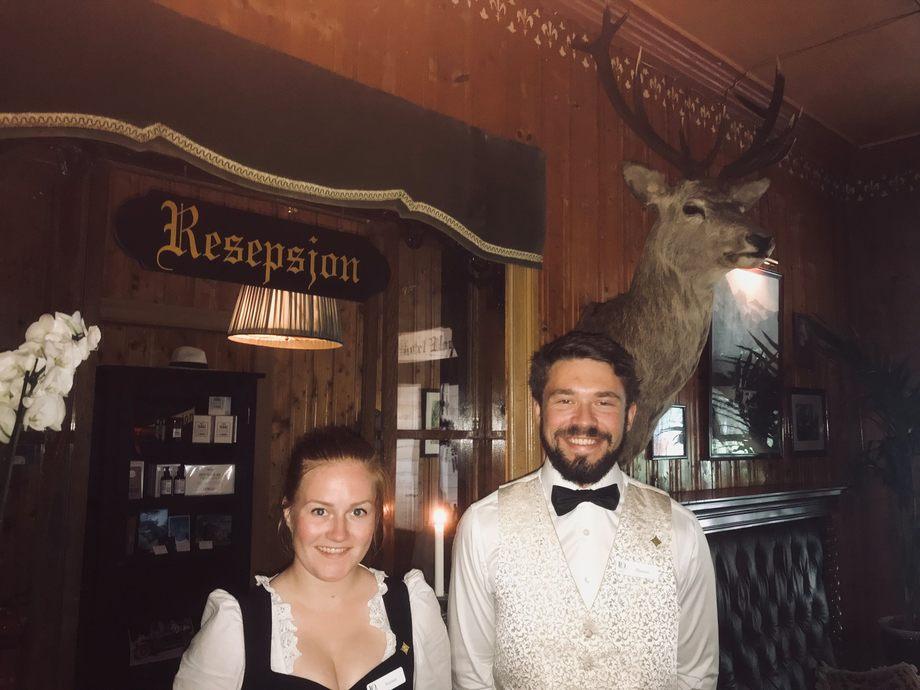 Kristine Østgaard og Øystein Øye Bjordal ønsker velkommen til Union Hotell Øye. Foto: Sigbjørn Larsen.