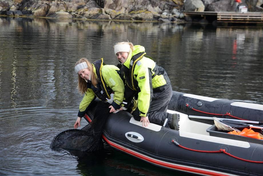 Elise og kollega Ingrid Holtan Søbstad bruker sommeren på å fange vill laksefisk langs norskekysten. Her øver de seg, på feltkurset i Etne. Foto: Thomas Bøhn /HI.