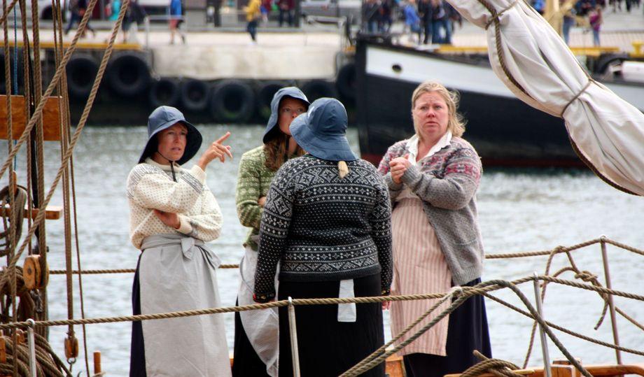 <p>Mannskapet om bord i &ldquo;Tananger&rdquo; var tidsriktig antrukket. Foto: Andrea B&aelig;rland</p>