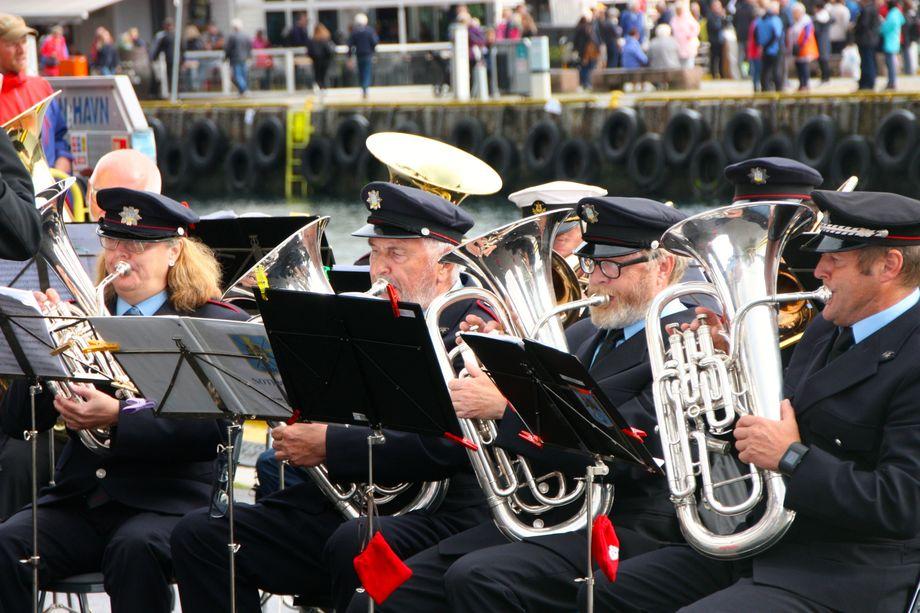 <p>Bergen Brandkorps spilte blant annet Dar kjem dampen&nbsp;og Nystemten. Foto: Andrea B&aelig;rland</p>