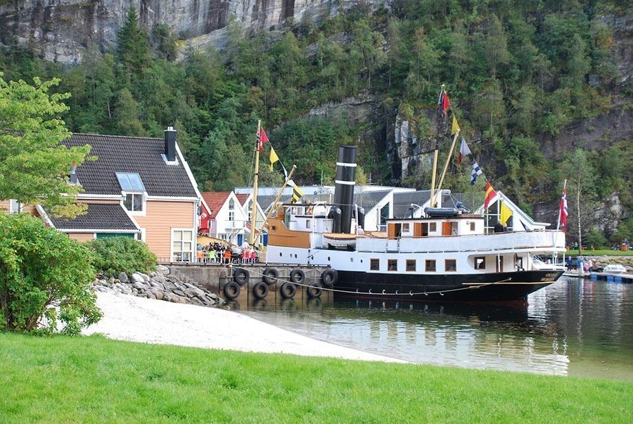DS «Oster» på besøk i Modalen Foto: NHVL