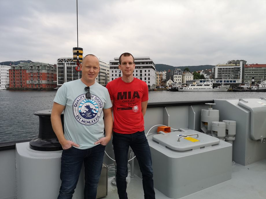 <p>Kaptein &Oslash;ystein Henriksen og overstyrmann Sondre G. Eiken. Foto: Ole Andreas Dr&oslash;nen/Kyst.no</p>