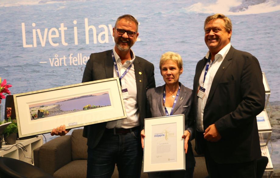 Kenneth Bruvik ble tildelt prisen av den ferske fiskeriministeren Harald Tom Nesvik og fiskeridirektør Liv Holmefjord. Foto: Therese Soltveit/Andrea Bærland.