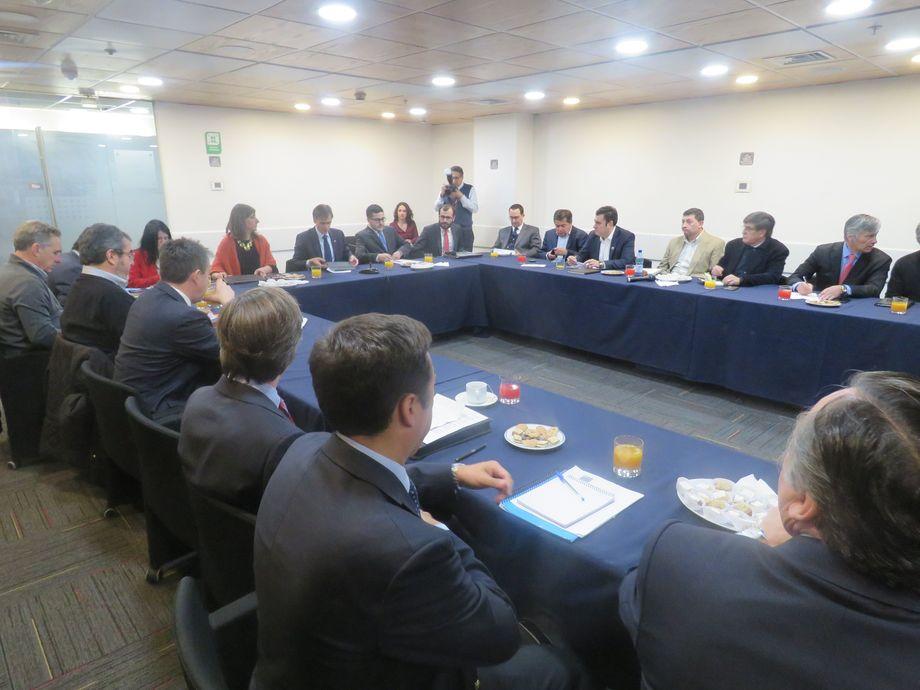 El ministro de Economía, José Ramón Valente, y el subsecretario de Pesca y Acuicultura, Eduardo Riquelme, lideraron la última reunión con todos los máximos ejecutivos de la industria chilena del salmón.