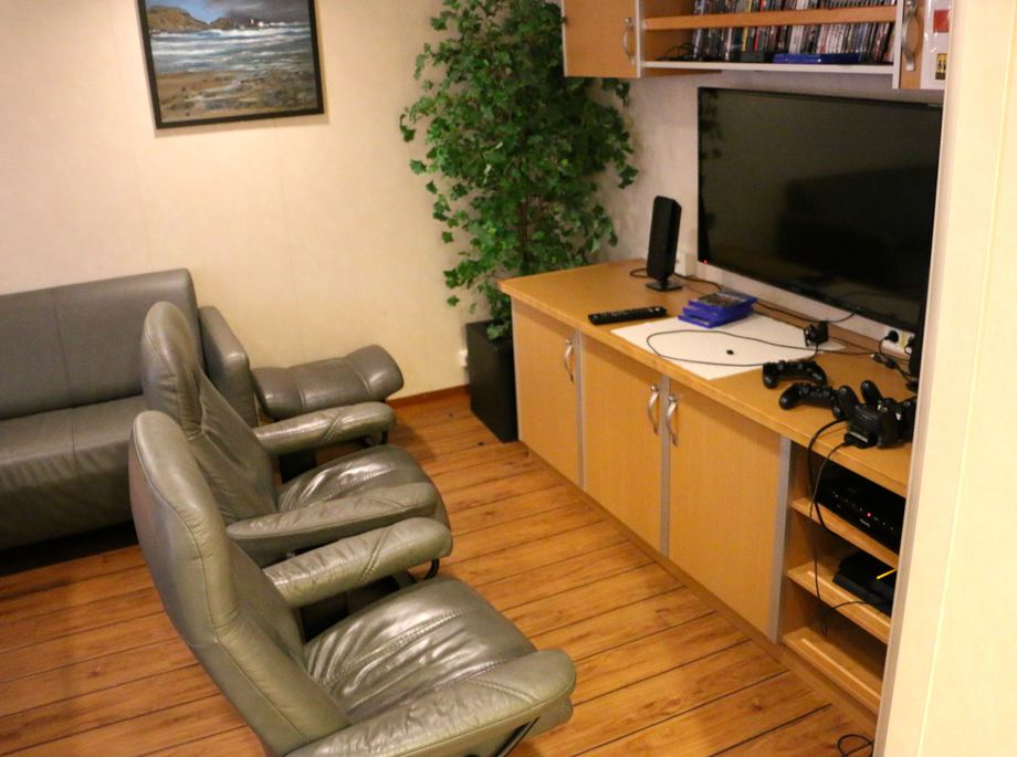 <p>Playstationstua er populær, spesielt balnt lærlingene.Foto: Andrea Bærland</p>