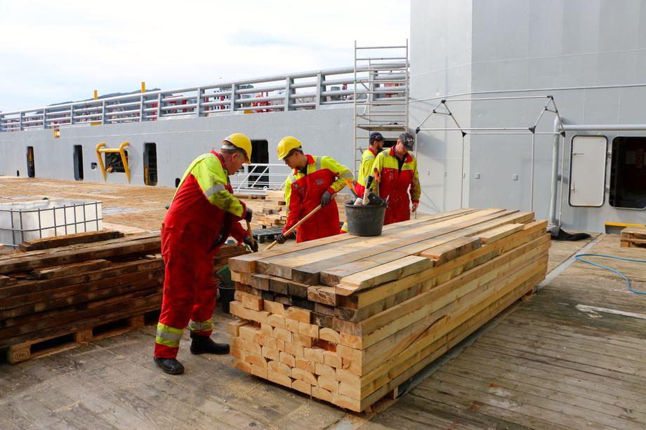 <p>Det jobber for tiden to l&aelig;rlinger om bord. En matrosl&aelig;rling og en elektrikerl&aelig;rling.&nbsp;Foto: Andrea B&aelig;rland</p>