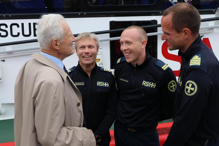 <p>Hans Herman Horn hilser p&aring; mannskapet p&aring; RS &laquo;Horn Rescue&raquo;, en av de fire redningssk&oslash;ytene han har finansiert. Foto: Redningsselskapet</p>