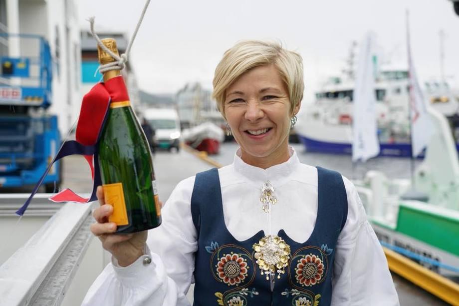Gudmor Bente Aure Myrstad fikk æren av å slenge champagneflasken i det nye fartøyet. Foto: FSV Group.