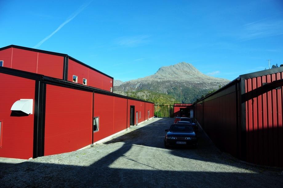 Bilde av anlegget på Svaberget sett utenfra med fin natur i bakgrunnen. Foto: Sinkaberg-Hansen/Bindalssmolt.