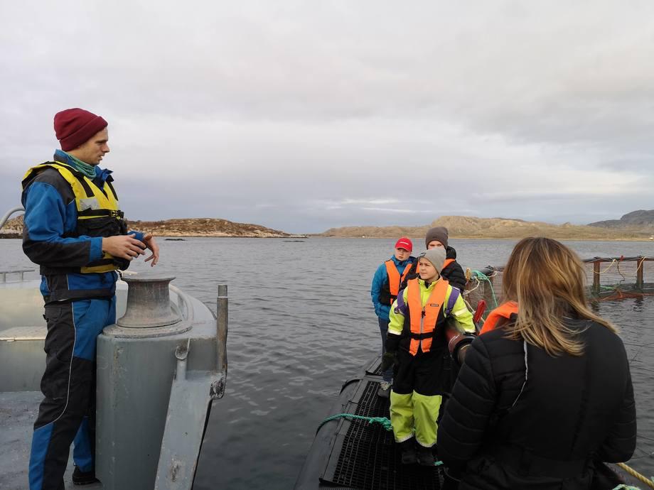 <p>Driftstekniker Bjørn Magne Anfinnes lærer elevene om livet på merdkanten. Foto: Ole Andreas Drønen</p>