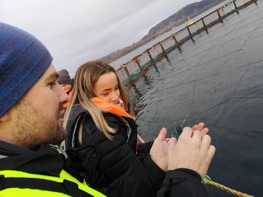 <p>Visningsansvarlig Einar Parelius Overrein viser frem lusespisere. Foto: Ole Andreas Drønen</p>