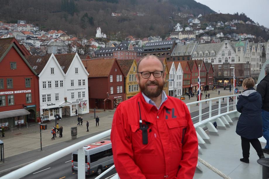 <p>Carl-Erik Arnesen, daglig leder i HavLine,er fornøyd med at slaktebåten har fått BERGEN i hekken.</p>