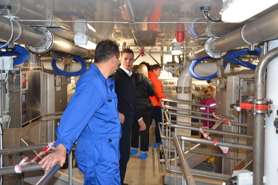 <p>Produksjonsleder Arnt Idar Nautnes viste frem den nye fabrikken om bord somhar 14 sløyemaskiner som kan sløye 25 fisk i minuttet.</p>