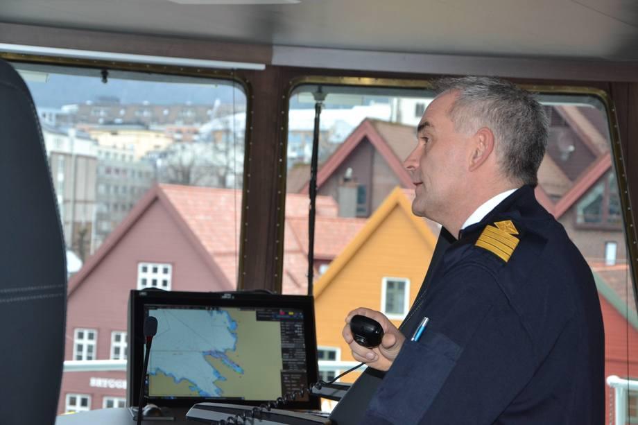 <p>Fra styrhuset har skipper Knut Arne Bjørgegod oversikt over båten, og sier den er godt utrustet med alt han måtte kunne trenge av instrumenter på bro.</p>