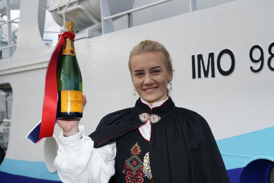 Gudmor for den nye båten var Agnes Hoseth (15) «Lady Anne Marie» er oppkalt etter hennes farmor Foto: Peder Otto Dybvik