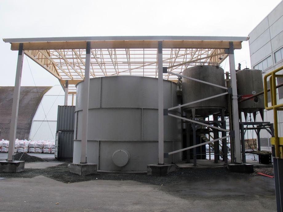 Mikroalgeproduksjon i preindustriell skala i en reaktor som rommer opptil 300 000 liter. Produksjonen foregår ved Finnfjord Smelteverk i Lenvik i Troms. Foto: Nofima.
