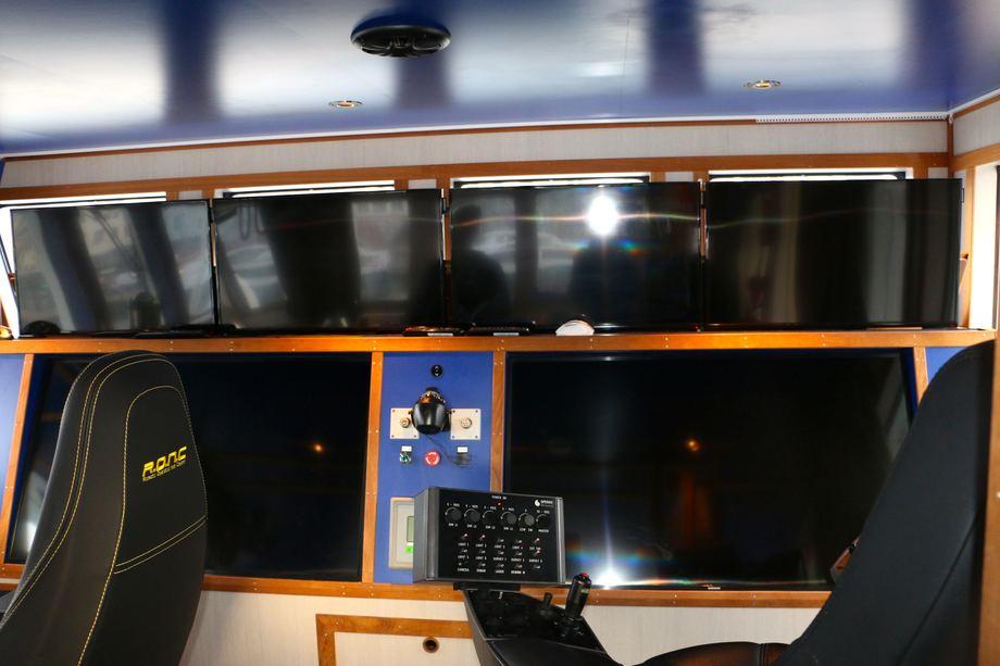 <p>P&aring; broen er det plass til to ROV-stasjoner med hele tre skjermer hver. Foto: Andrea B&aelig;rland</p>