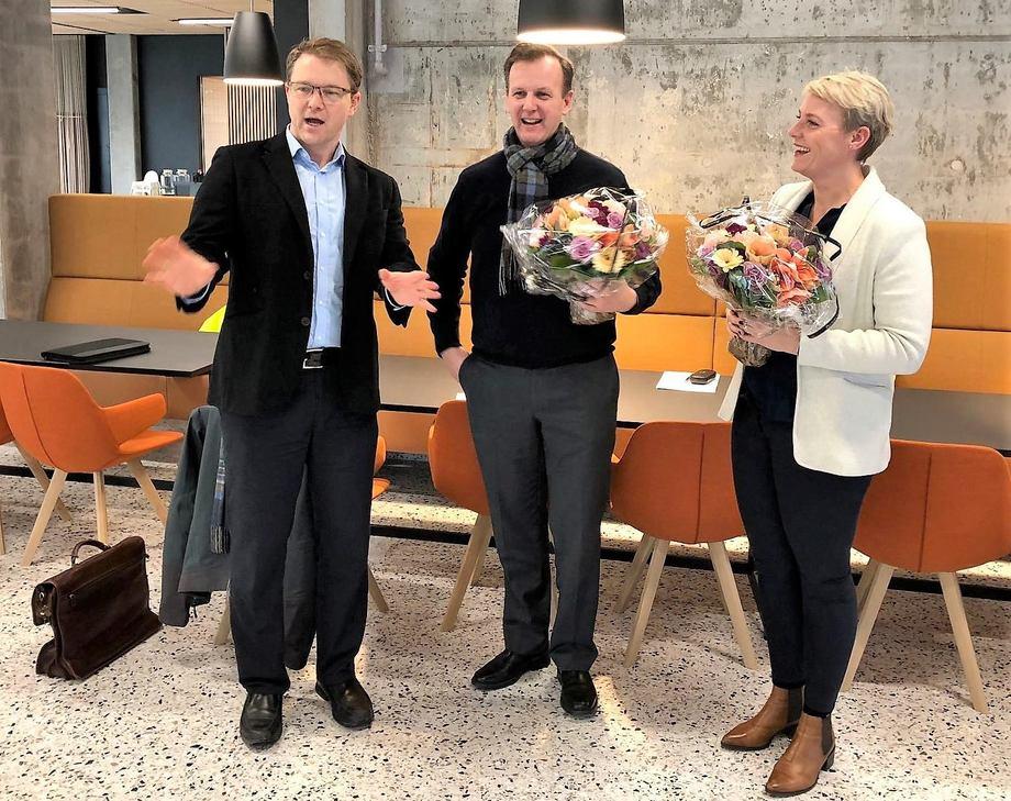 Cargill flyttet 17.desember inn i splitter nye lokaler på Marineholmen sammen med oppdrettsselskapet Lerøy. Her har Fredrik Witte, administrerende direktør i Cargill Aqua Nutrition Nordsjøen fått blomster. Foto: Marineholmen.