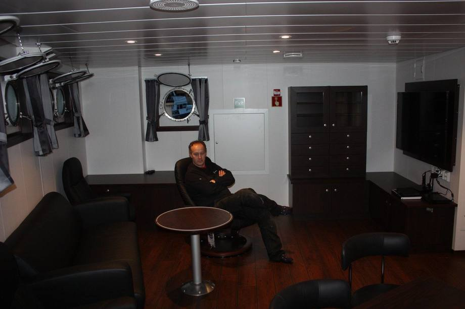 <p>Mannskap om bord det nye fartøyet. Foto: Sletta Verft</p>